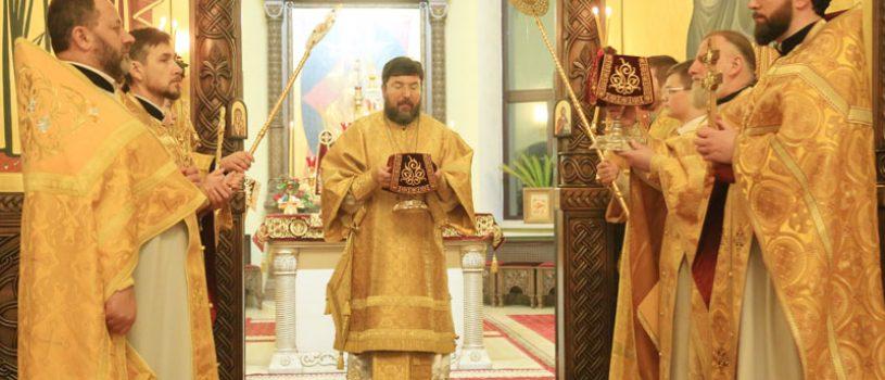Ночная Божественная литургия в престольный праздник Никольского собора