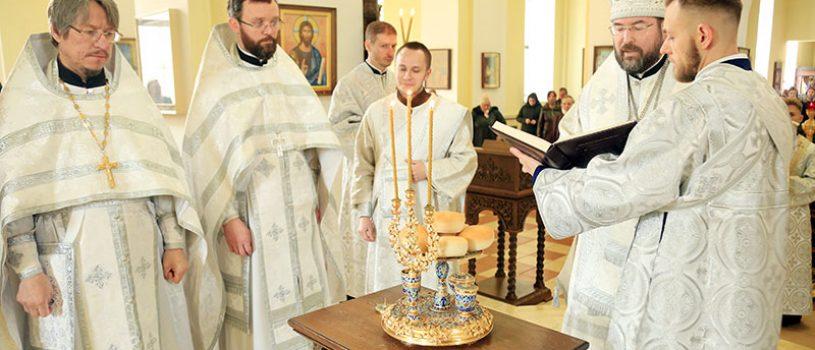 В Великую Субботу епископ Серафим совершил Божественную литургию в кафедральном соборе